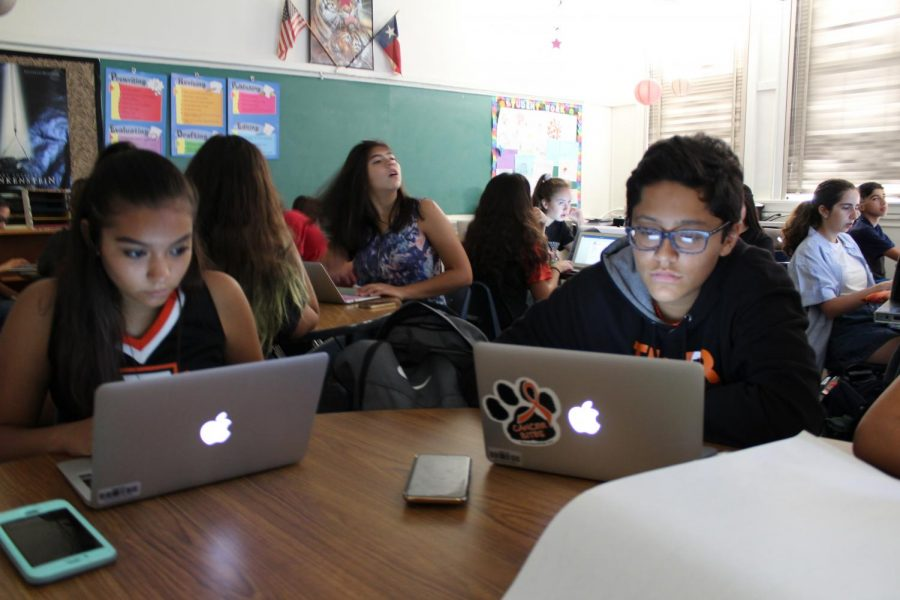 Freshman+across+EPISD+received+Apple+MacBooks+an+initiative+taken+to+help+modernize+the+classroom.%28Photo+by+Natalia+Lowe%29